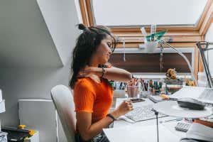 Muchas personas experimentan dolor después de sentarse demasiado tiempo en un escritorio.
