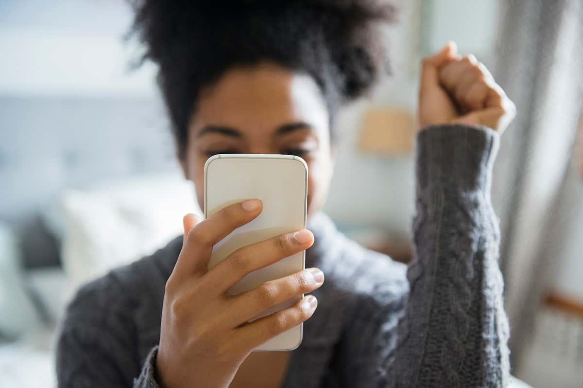 Mujer sosteniendo un teléfono