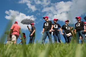 Personas vestidas con camisetas de QAnon antes del mitin político