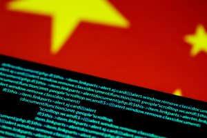 2CRH8C5 El código de computadora es visible en una pantalla sobre una bandera china en esta foto de la ilustración del 12 de julio de 2017. REUTERS / Thomas White / Ilustración