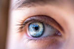 Cerca de un ojo con un iris azul